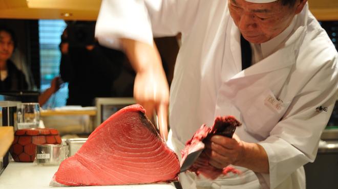板前寿司のマグロ調理写真