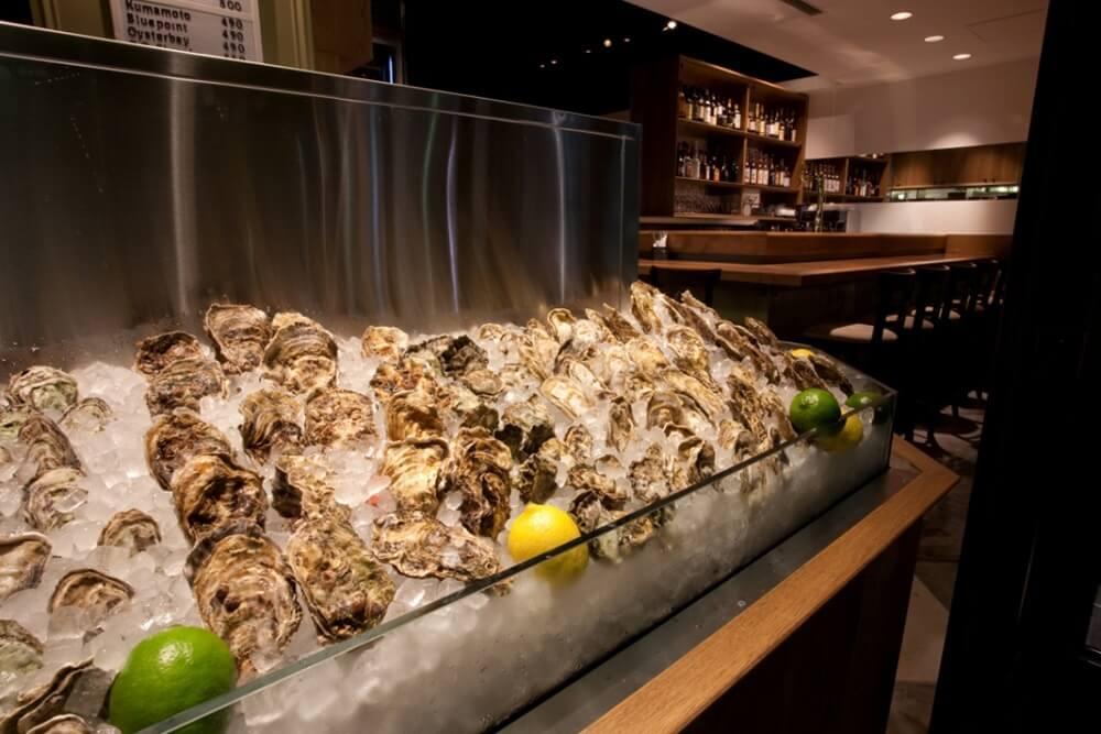 Ostrea(オストレア)銀座コリドー通り店の牡蠣と店内写真