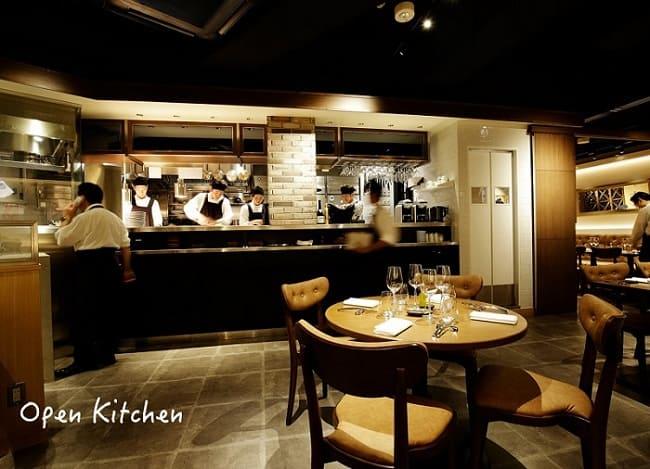 レ・コパン ドゥ ドミニク・ブシェ のオープンキッチン写真