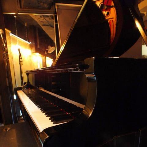 俺のフレンチ銀座コリドー街のピアノ写真