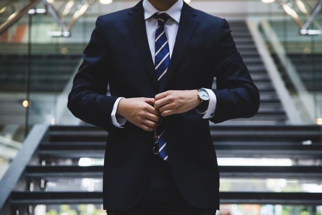 コリドー街の男性のスーツ&黒髪写真